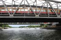 S-Bahn fährt über die Spree