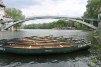 Kanus liegen im Wasser